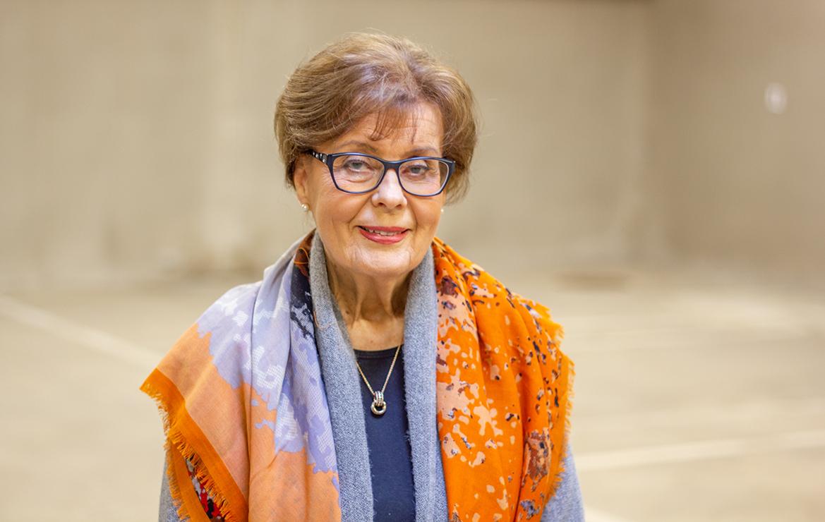 Porträttbild av leende, finklädd Ann-Mari Häggman.