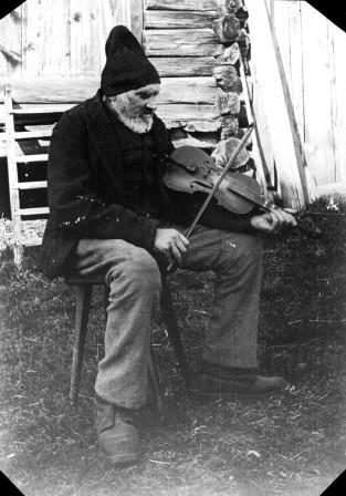 Spelmannen Gyris Anders Andersson, Älvdalen. Foto: Karl-Erik Forslund, 1910.
