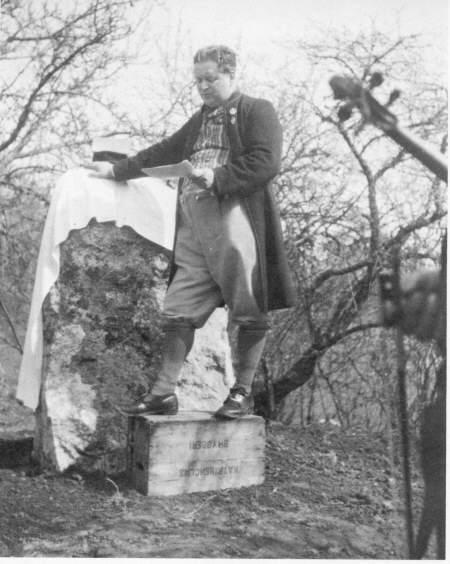 Gustaf Wetter och Sörmlands spelmansförbund avtäcker minnessten över spelmannen August Widmark. Foto: Sörmlands spelmansförbunds arkiv.