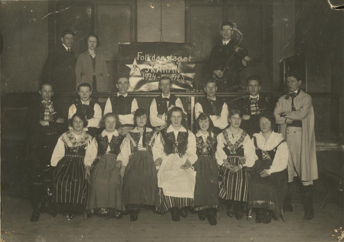 Folkdanslaget Skäran lät sig fotograferas när de varit verksamma i ett år.