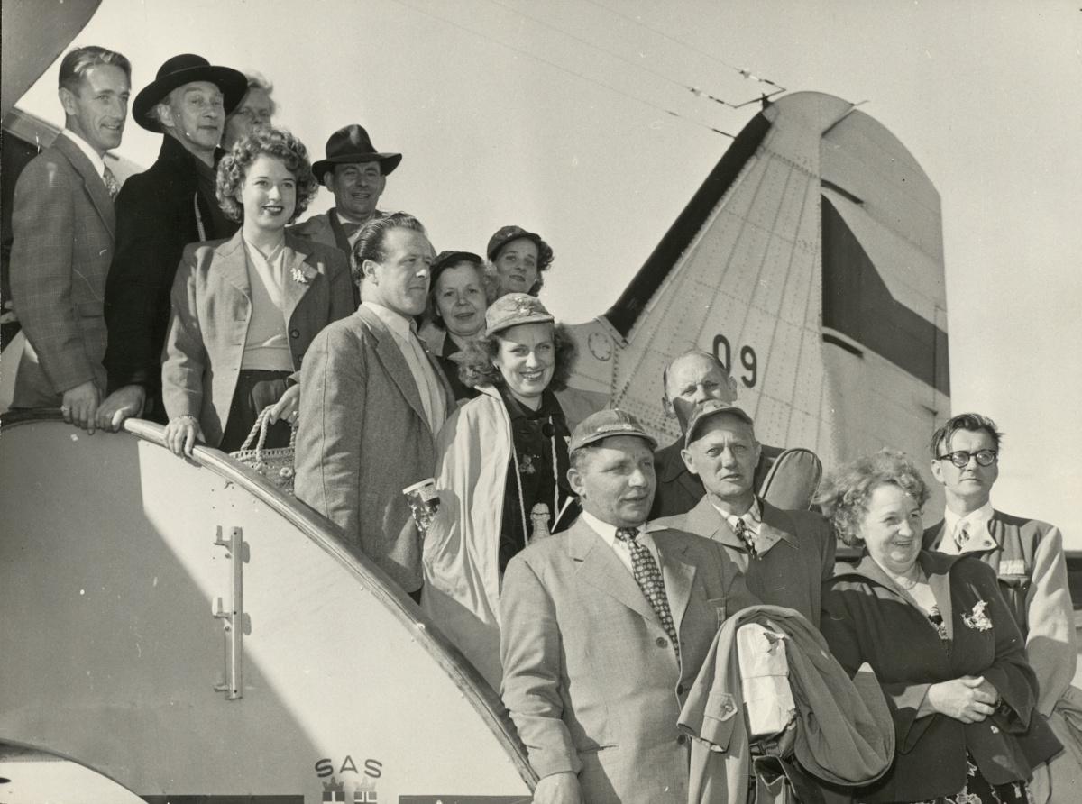 Medlemmar i Skäran i flygplanets trappa.