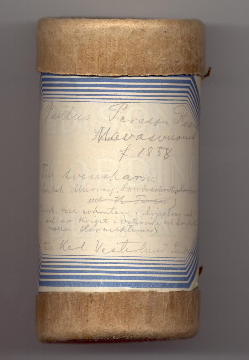 Fonografrullens ask är försedd med en etikett med handskriven text i blyerts.