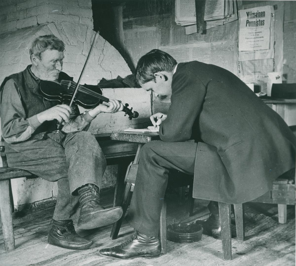 Erik Lönnberg spelar fiol, Otto Andersson skriver.